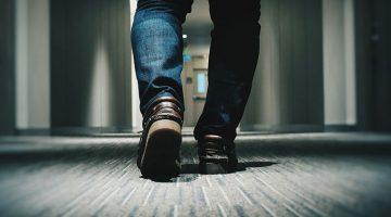 американцы ходят дома в обуви
